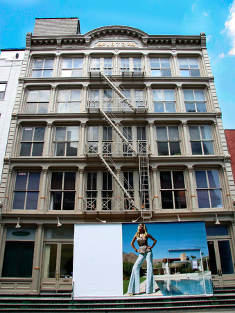 comercial: NEW YORK - JUNE 24: Soho buildings view. June 24nd, 2008 in NY, USA. Old industrial buildings have been converted into lofts and fashionable shops Editorial