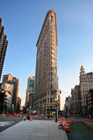 burnham: NEW YORK CITY - JUNE 22: The Flatiron Building August 22, 2006 in New York, NY. Considered a landmark skyscraper and completed in 1902. Designated a National Historic Landmark.