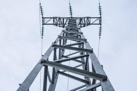 torres de alta tension: torres de energía de alta tensión contra el cielo azul. bajo la luz Foto de archivo