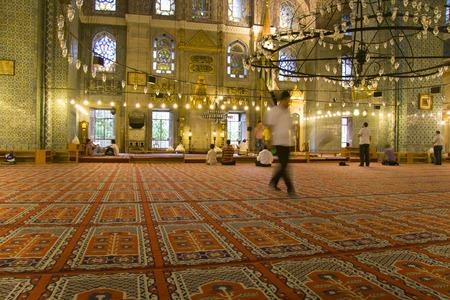 fidelidad: ESTAMBUL - DE SEPT 7: los musulmanes rezan a la nueva mezquita, Yeni Valide Camii, situada en el casco antiguo de sept 7, 2009