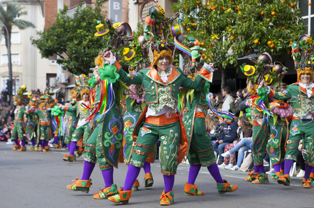 BADAJOZ, ESPAÑA, 7 de febrero: Los artistas intérpretes participarán en el desfile de carnaval de comparsas en Badajoz ciudad, el 7 de febrero de 2016. Este es uno de los mejores carnavales de España, destacando especialmente la participación masiva de la gente Editorial