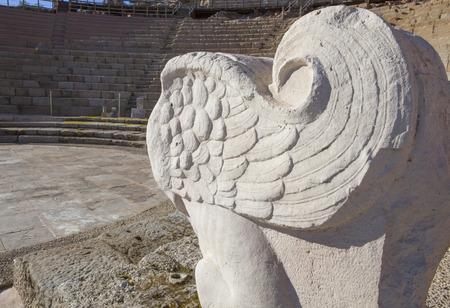 leon alado: teatro romano de Medellín, España. escultura de león alado en el lado de la orquesta