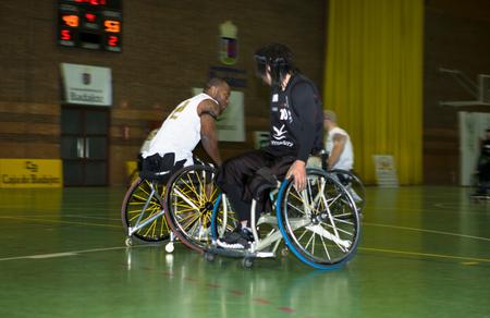 paraplegico: BADAJOZ, ESPAÑA 23 de enero: las personas no identificadas jugar un partido amistoso de baloncesto de silla de ruedas, el 23 de enero de 2011 en Badajoz, España