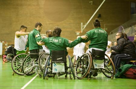 paraplegic: BADAJOZ, ESPA�A 23 de enero: las personas no identificadas jugar un partido amistoso de baloncesto de silla de ruedas, el 23 de enero de 2011 en Badajoz, Espa�a
