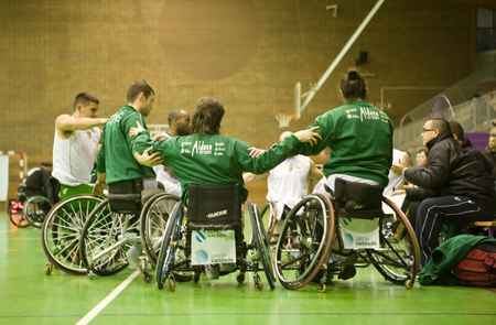 macht: BADAJOZ, SPAIN JANUARY 23: unidentified people play a friendly game of wheelchair basketball on January 23, 2011 in Badajoz, Spain
