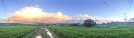 Panorama de la prairie dans la campagne sur le ciel nuageux avec des nuages ??d'orage après la tempête. paysage panoramique