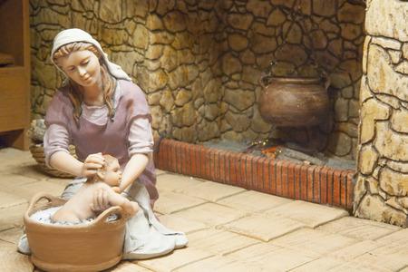 portal de belen: Badajoz, España - 4 de enero, 2013: María baña el bebé Jesús. Diorama construido por la Asociación local de Amigos de cunas, Badajoz, 2013