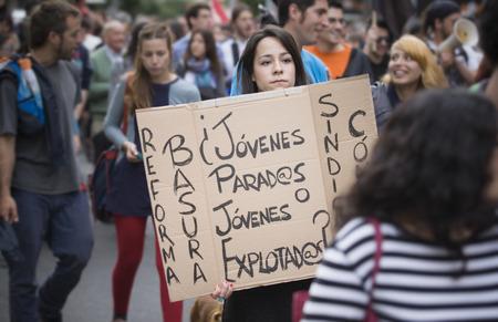 Badajoz, España - el 29 de marzo de 2012: demostrator niña con la bandera de cartón protestar contra los recortes de austeridad de demostración. Marcha contra la reforma laboral aprobada por el Gobierno de España en Marzo 2012