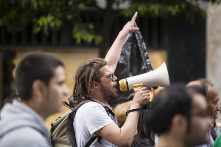 Badajoz, España - el 29 de marzo de 2012: demostrator joven con megáfono en protesta contra los recortes de austeridad, de marzo contra la reforma laboral aprobada por el Gobierno de España en Marzo 2012