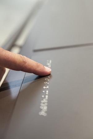 braile: Ciegos leyenda de texto de lectura en Braille, en el museo. enfoque selectivo