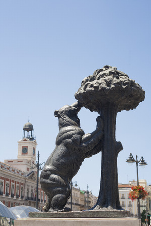 strawberry tree: Statue of Bear and strawberry tree a Symbol of Madrid, Puerta del Sol, Spain