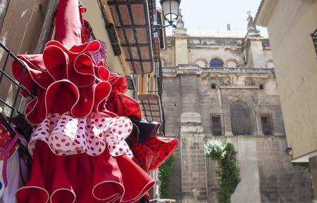 典型的なフラメンコのお土産を売る店がある旧市街でグラナダ大聖堂の横にある通りのドレス、スペイン