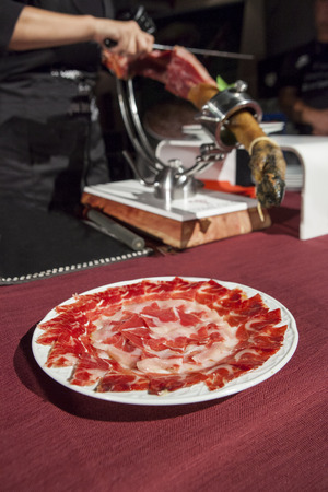 Master snijmachine snijden Iberische ham. Selectieve focus punt
