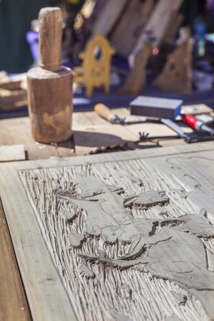 marqueteria: tabla artesano con herramientas para la artesanía de madera grabados de