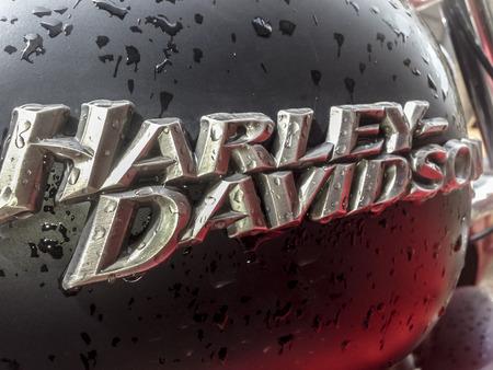 tanque de combustible: Badajoz, España 16 de abril de 2016: Primer depósito de combustible de la motocicleta Harley Davidson lleno de gotas de lluvia Editorial