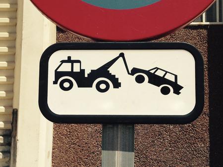 obedecer: La señal de tráfico al aire libre. Signos del tráfico no dispone de aparcamiento y evacuación de camión de remolque