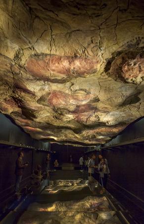 Madrid, Spanje - 24 februari 2017: Bezoekers overwegen de Altamira replica grot op Nationaal Archeologisch Museum, Madrid, Spanje Redactioneel