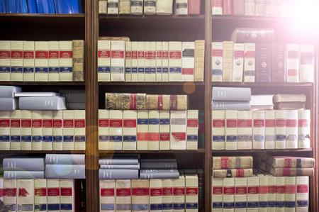 Boekenplank vol oude legale boeken. Bibliotheekwet achtergrond