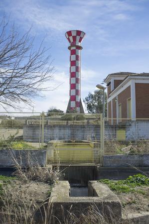Serbatoio di acqua di irrigazione sopra cielo blu. Torre in cemento realizzata per l'irrigazione del negozio di acqua, Vegas Bajas del Guadiana, Extremadurs, Spagna