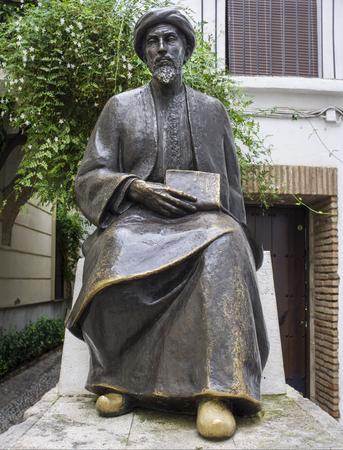 Córdoba, España - 31 de diciembre de 2018: Escultura de Maimónides, filósofo judío sefardí medieval por el escultor Amadeo Ruiz Olmos. Córdoba, España