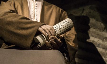 Cordoba, Spanien - 2018, Sept. 8th: Hand mit jüdischen Schriften. Fragment aus der lebensgroßen Skulptur von Maimonides, mittelalterlichen sephardischen jüdischen Philosophen. Calahorra Turmmuseum, Cordoba, Spanien