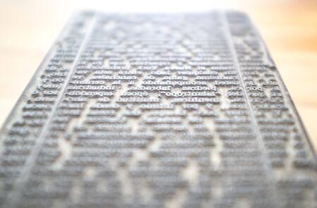 Block mit festen Textzeichen. Historischer Druckartikel. Selektiver Fokus Standard-Bild