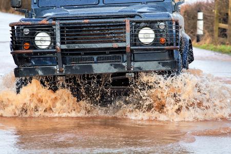 Véhicule de conduite Grâce à Flood Eau Sur route