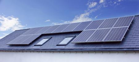 Los paneles solares en azotea de la casa. Energía Renovable Sostenible