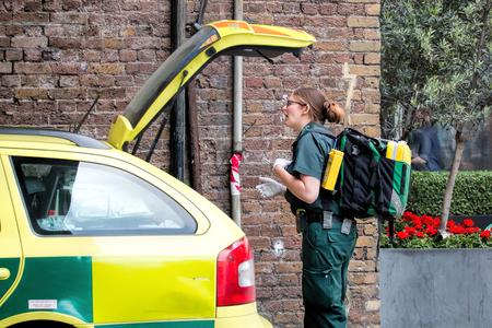 London, Großbritannien - 29. Mai 2016: Weiblicher Krankenwagen-Sanitäter, schnelles Antwort-Fahrzeug. Editorial