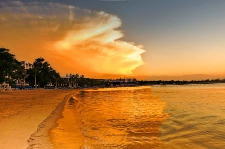 spectaculair ogende wolken bij zonsondergang