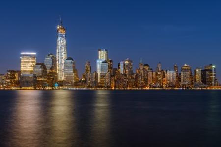 Lower Manhattan skyline in de nacht van New York City
