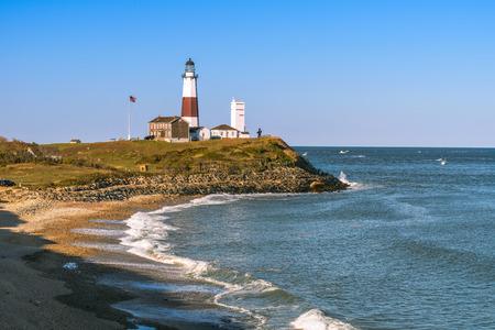 Montauk Point Lighthouse en het strand van de kliffen van Camp Hero. Long Island, New York Stockfoto