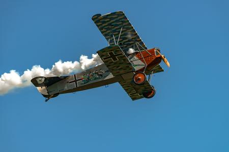 RHINEBECK, NY - 25 september 2016: The Aerodrome Air Show Team voert een show uit met het Wereldoorlog I-vliegtuig Fokker D.VII (reproductie) op Old Rhinebeck Aerodrome