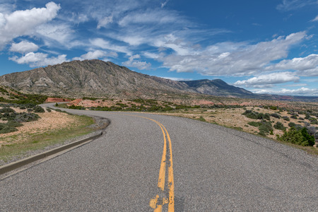 A road leading into the Bighorn Mountain Recreation Area in Northern Wyoming. 版權商用圖片