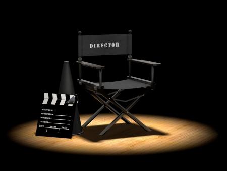 Stuhl des Regisseurs mit Megaphone und Clapper Board auf einen Holzfußboden unter einem Scheinwerfer
