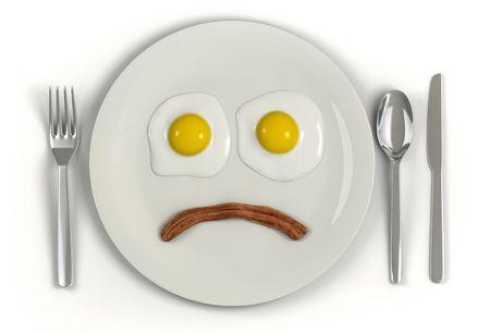 grasas saturadas: Una placa con un rostro frowning hizo de lado soleado dos huevos y una tira de tocino sobre un fondo blanco