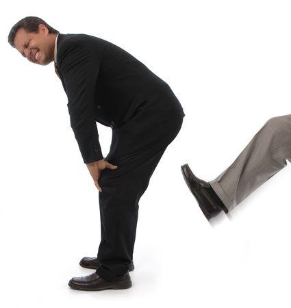 Uomo su uno sfondo bianco ottenere calci in dietro