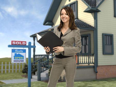 Professionele vrouwelijke onroerende goederen agent staat voor een huis met een verkocht teken in het gazon Stockfoto