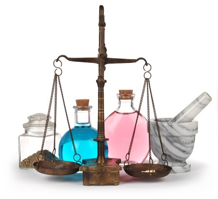 homeopathy: Elementos de boticario Vintage disparó sobre fondo blanco: escalas, mortero & hierror, hierbas y líquidos en botellas con tapones de corcho  Foto de archivo