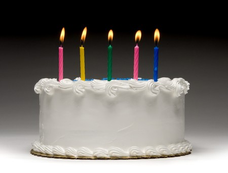 Wit verjaardagstaartprofiel op graident achtergrond met vijf kleurrijke aangestoken kaarsen Stockfoto