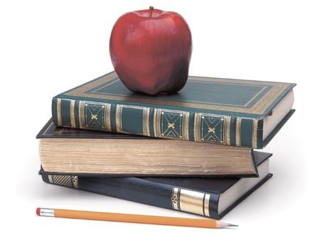 livres, crayon et pomme sur blanc  Banque d'images