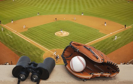 guante de beisbol: Diamante de b�isbol, binoculares, b�isbol y guante de b�isbol  Foto de archivo
