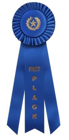primer lugar: cl�sico cinta azul con First Place en relieve en la cinta de opciones de centro. Aislados en blanco con trazado de recorte  Foto de archivo
