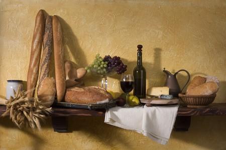 Brood, kaas, wijn en druiven tegen een Toscaanse gips muur