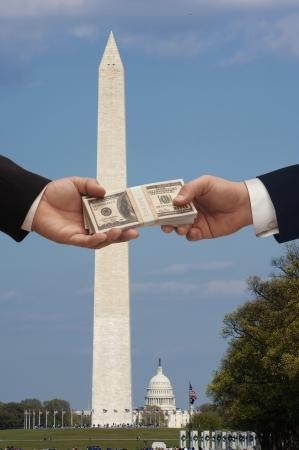 corrupcion: Hanshake en Washington DC con el monumento de Washington y el Capitolio Hill en el fondo