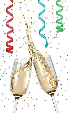 Twee champagneflutes rammelende samen in een natte, splashy toast temidden van confetti en streamers