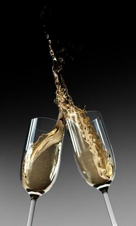 flauta: Dos copas de Champaña chocan juntos en una estación lluviosa  Foto de archivo