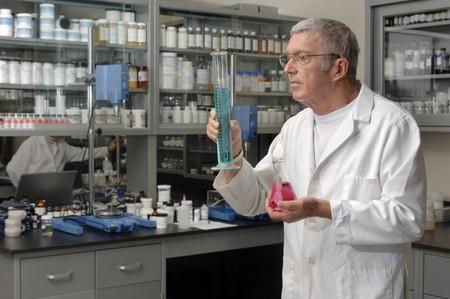 Chemist werkt in een laboratorium Stockfoto