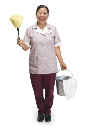 maid: Mujer de limpieza en sirvienta uniforme con plumero y cubo sobre un fondo blanco