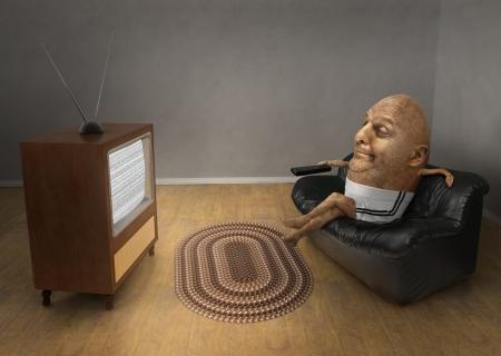 Aardappel zittend op een bank een vintage televisie kijken